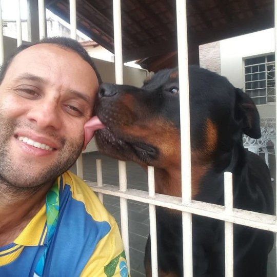 Carteiro, the animal-friendly postman with a Rottweiler